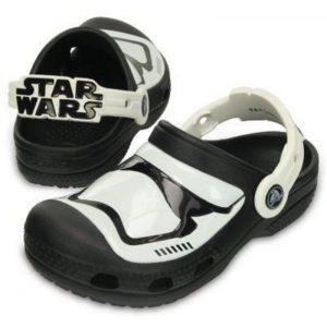 O calçado Stormtrooper Clog K possui design especial da tropa de elite do Império Galático da saga Star Wars e conta com uma novidade: brilha no escuro. O lançamento pode ser adquirido nas lojas Crocs de todo o país por R$ 139,00.