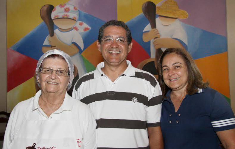 Dona Adalva, a chefe de cozinha, Giovani e Bebeta Rodrigues, proprietários do Restaurante Paçoca de Pilão